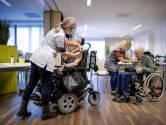 Heel voorzichtig gaan eerste mondkapjes af in  verpleeghuizen Eindhoven