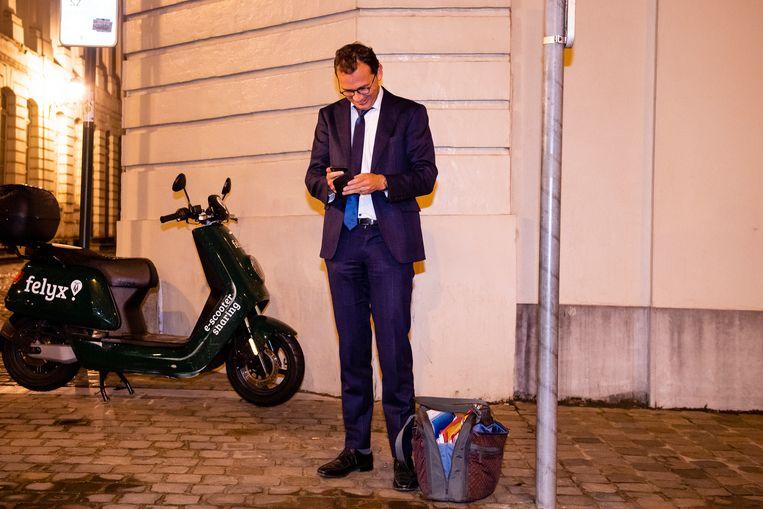 Wouter Beke moet eerst nog even op zijn auto wachten voor hij kan vertrekken.