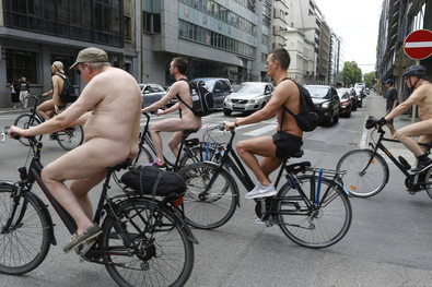 fotoreeks over In adamskostuum door Brussel: fietsers eisen aandacht op