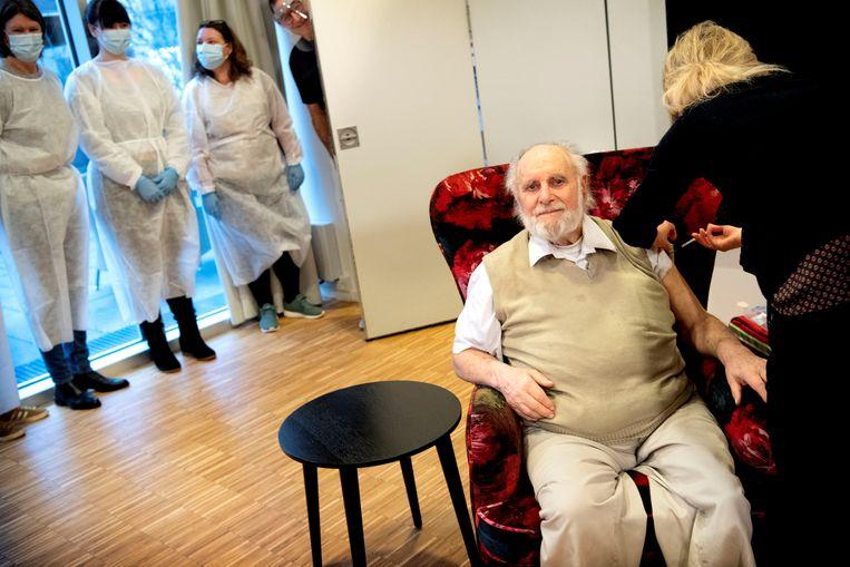 Bewoner Carl-Einar Joergensen krijgt een tweede dosis van het Pfizer/BioNTech-vaccin in een verpleeghuis in Kopenhagen. Beeld REUTERS