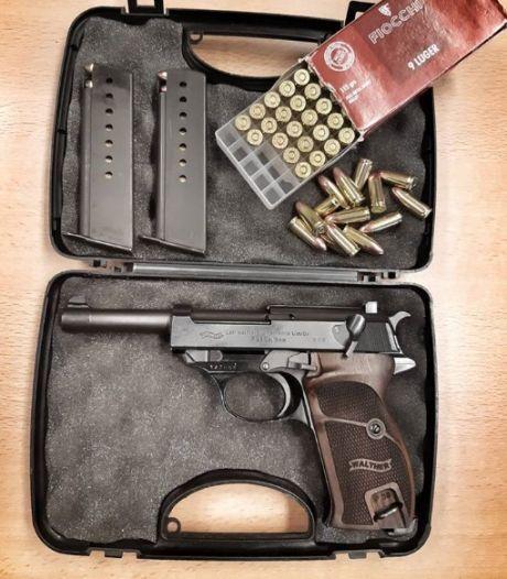 Politie vindt vuurwapen en drugs in woning na arrestatie vermeende dealers