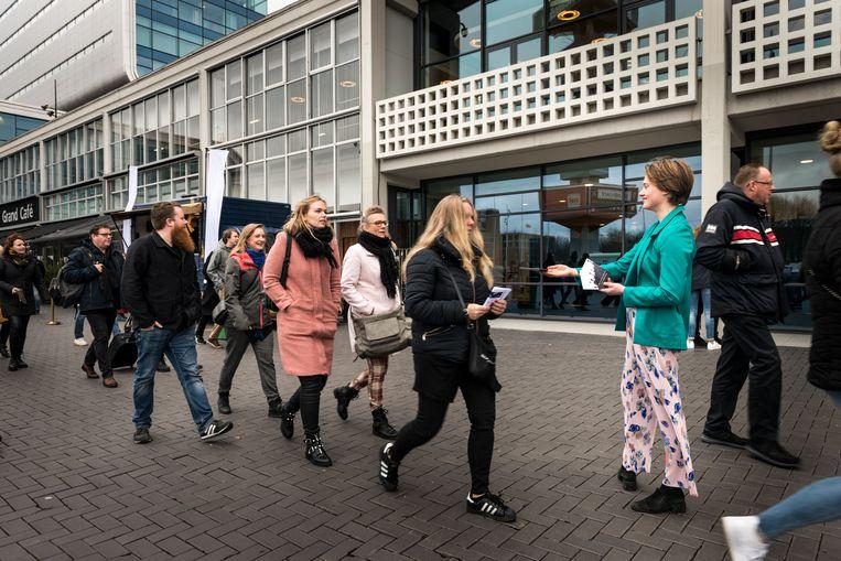Feikje Visser (rechts) deelt flyers uit aan bezoekers van de beurs.  Beeld Eva Faché