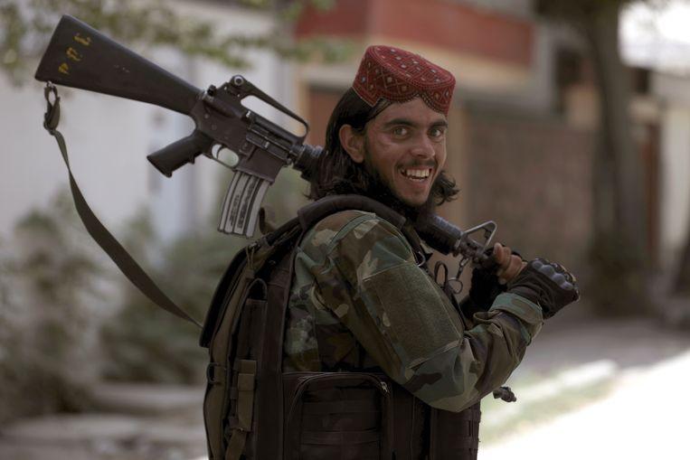 Een talibanstrijder met een Amerikaans geweer.  Beeld AP