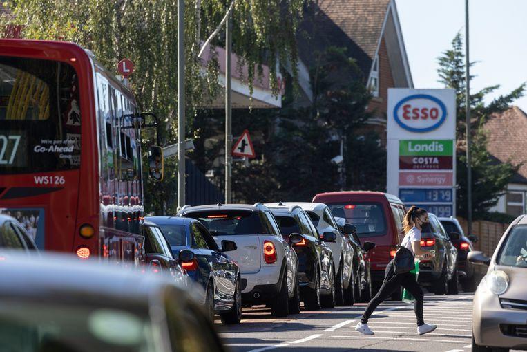 Een lange rij auto's voor een tankstation in Londen. Beeld Getty Images