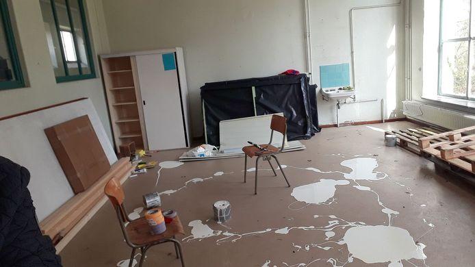 Enkele klaslokalen werden stevig overhoop gehaald.