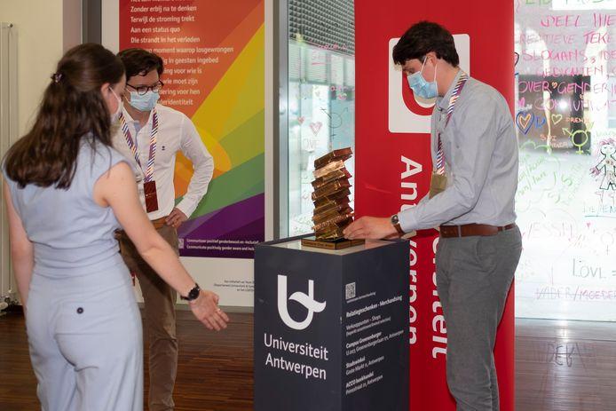De winnaars zetten hun Campus Cup op zijn definitieve plaats in de bibliotheek van de UAntwerpen.