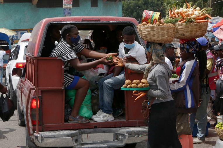 Het gewone leven in Haïti lijkt op het eerste gezicht zijn gewone gang te gaan, met veel markten en straathandel. Beeld Estaïlove ST-VAL.