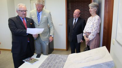 Gedenkplaat ereconsul Edward Coryn krijgt nieuwe stek in Lotenhulle