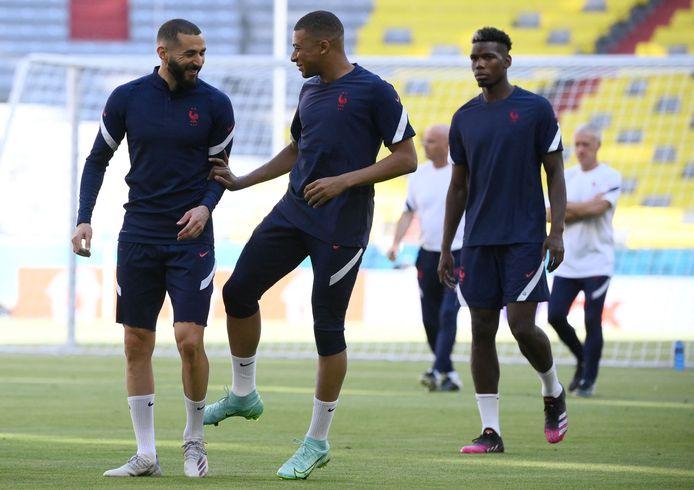 Benzema en Mbappé in een onderonsje, rechts Pogba.