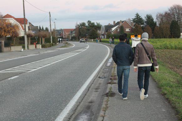 Horden jongeren stappen de Lenniksebaan af om de behekste villa te spotten.
