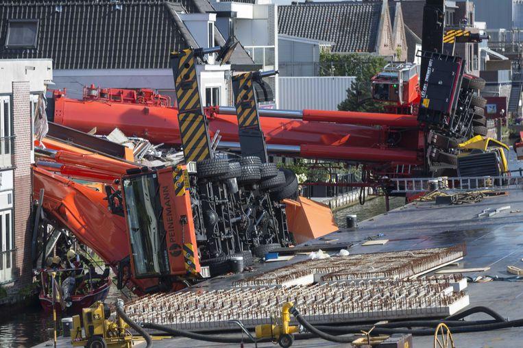 De omgevallen kraan en het brugdek in Alphen. Beeld anp