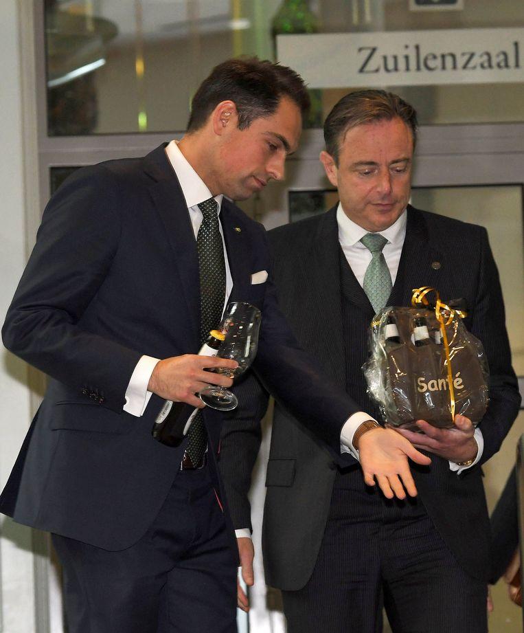 Hoe langer de gesprekken tussen Tom Van Grieken (l.) en Bart De Wever duren, hoe meer theater ze worden. Al hebben zowel N-VA als het VB er belang bij ze nog wat te laten aanslepen. Beeld Photo News