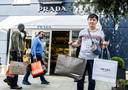 De Fashion Outlet in Roermond, waar bekende kledingmerken worden verkocht.
