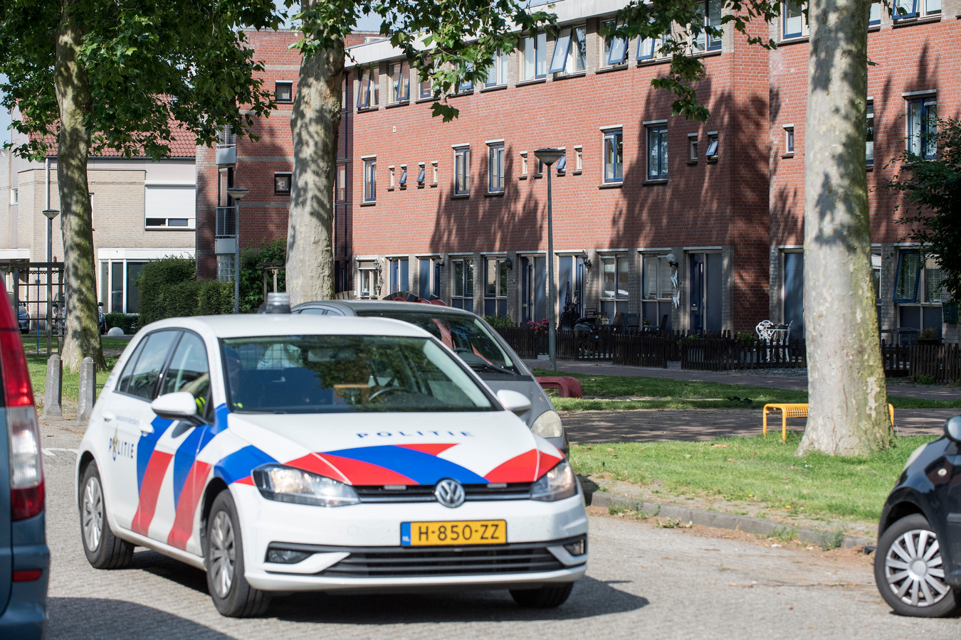 De politie neemt poolshoogte in de straat Pimpernel in Tiel waar de vermeende schutter van Peter R de Vries zou wonen.