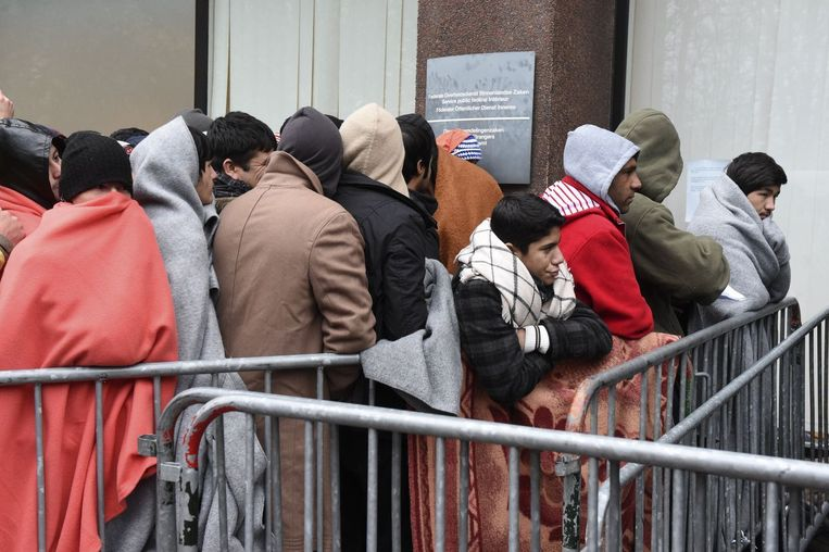 Asielzoekers in de rij voor de Dienst Vreemdelingenzaken (Archiefbeeld). Beeld photo_news