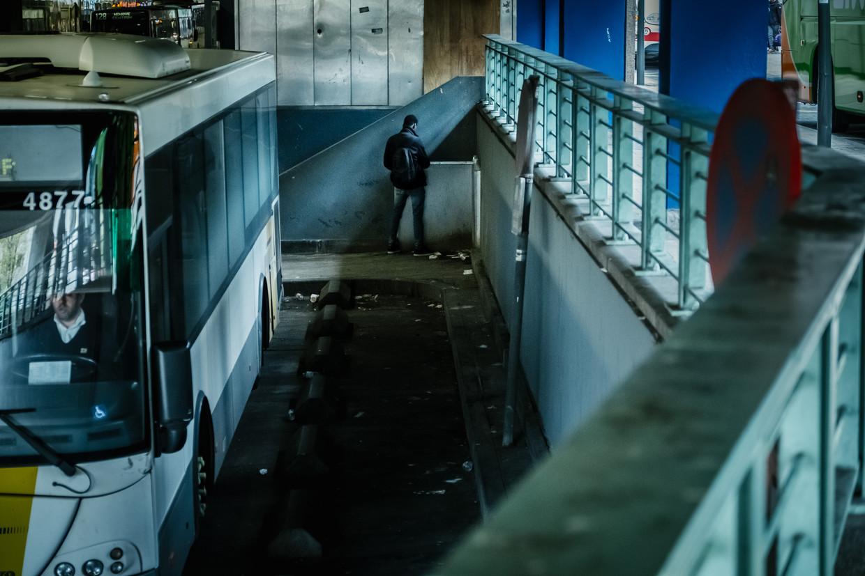 Een man urineert in de busterminal van De Lijn aan het Brusselse Noordstation/ Beeld Wouter Van Vooren