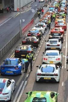 Politie haalt veertig supersportwagens tegelijk van de weg
