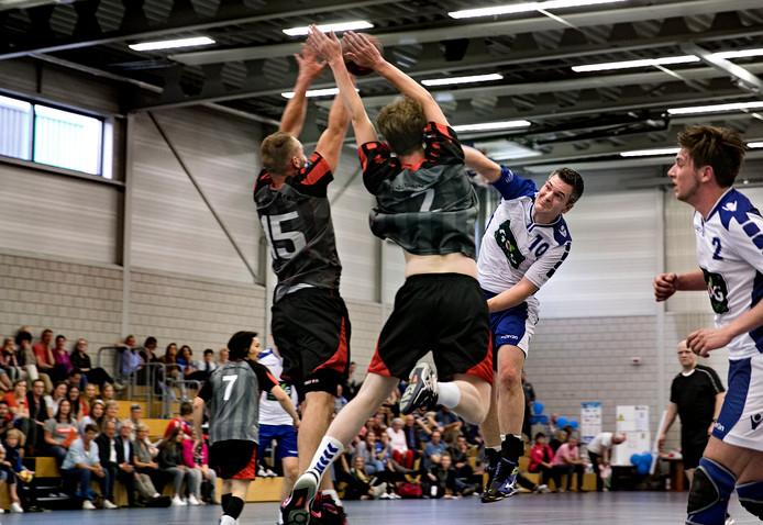 De Sprint-handballer Björn Strauven (nummer 10) stuit op de defensie van West Brabant Combinatie. Foto René Manders/Fotomeulenhof