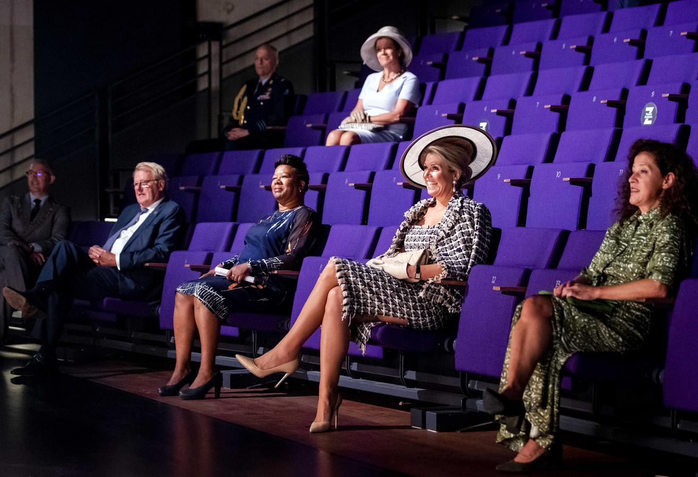 Koningin Maxima bekijkt een voorstelling tijdens een rondleiding in het nieuwe pand van Theater Zuidplein. Geheel rechts Emmelien Matthijse.