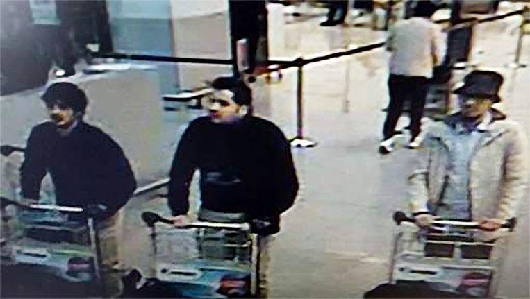 Najim Laachraoui (l.) en Ibrahim El Brakaoui (m.) blazen zich even later op. Mohamed Abrini (r.) laat zijn bagage met een zware bom achter en ontsnapt. Beeld belga