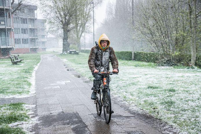 Sneeuw in april, dat had deze fietser wellicht niet meer verwacht.