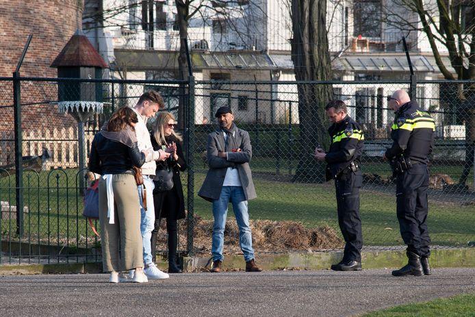 Agenten schrijven coronaboetes uit in het Kronenburgerpark in Nijmegen.