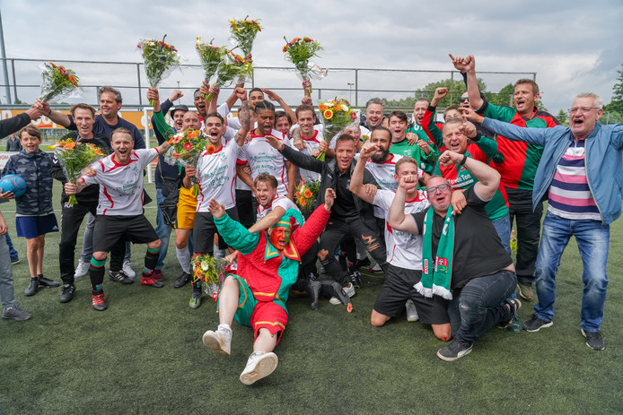 Feest bij de spelers van WAVV na het behalen van promotie naar de 1e klasse. Promotie / degradatieduel tussen SC Bemmel en WAVV.