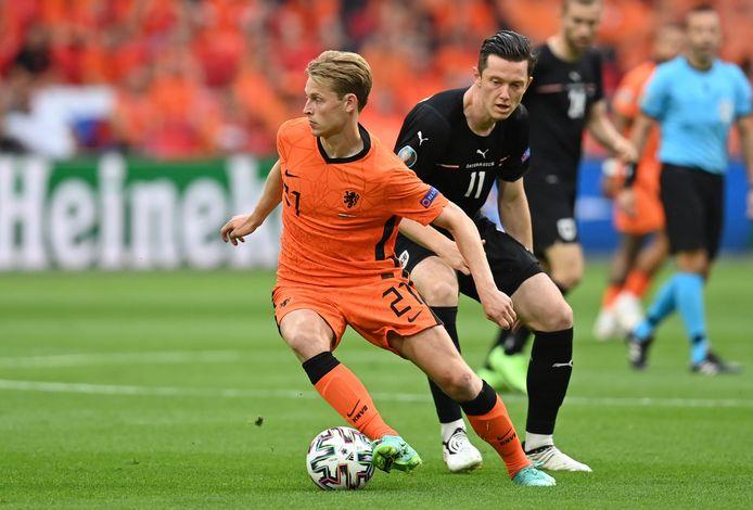 """Frenkie de Jong is weer eens een tegenstander te snel af tegen Oostenrijk. ,,Hij voetbalt zo ontzettend makkelijk."""""""