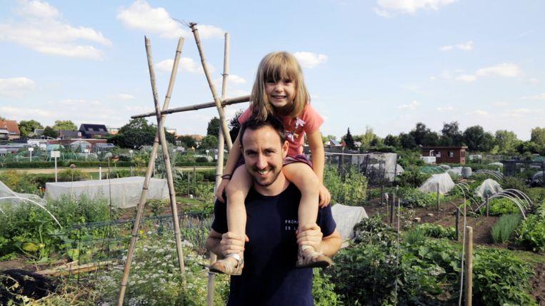 Robby met zijn dochter Nelle (4): 'Ik ben specifiek op zoek gegaan naar een job die mij toeliet om meer bij haar te zijn.' Beeld Dries Vermeulen