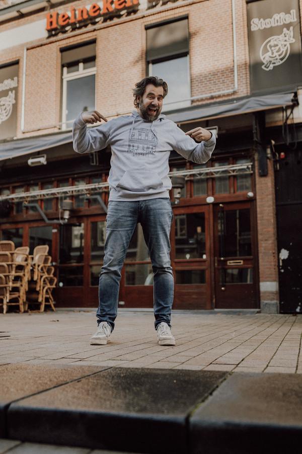 Horecaman Dolf Colen met zijn eigen café (Stoffel) op de borst.