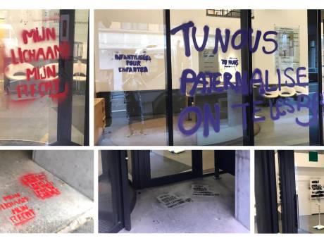 Le siège bruxellois de la N-VA tagué de slogans féministes et pro-choix
