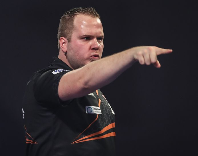 Dirk van Duijvenbode verslaat Rob Cross op het WK.