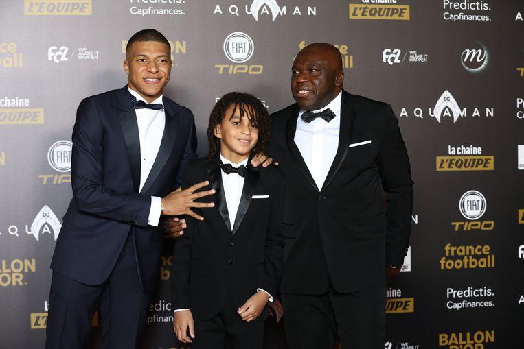 Kylian Mbappé met vader Wilfried en broertje Ethan tijdens de verkiezing van de Ballon d'or.