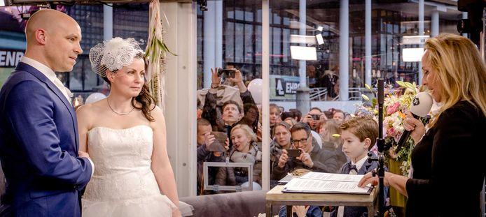 Angela Groothuizen trouwt Kelly Verkijk en Roy ten Tije in het Glazen Huis op de zesde dag van 3FM Serious Request 2017.