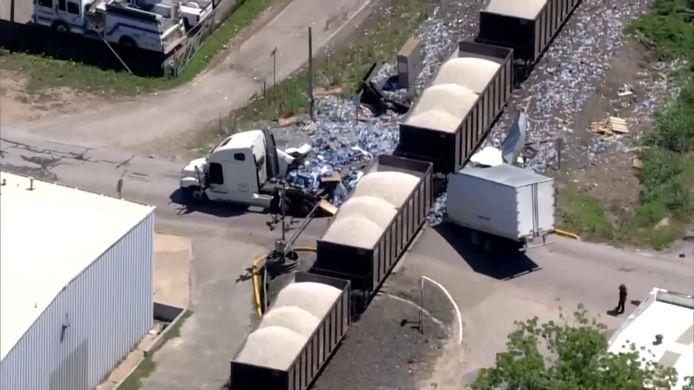 Un semi-remorque transportant des milliers de bouteilles d'eau a été coupé en deux mercredi au Texas.