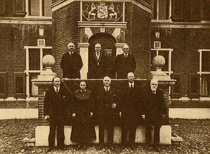 Bij de foto: De gemeenteraad van Gennep, met Hanna Hendriks-Buiteman, poseert voor het raadhuis.
