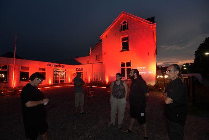 VermeSound van John (rechts) en Ezra (daarnaast) Vermeulen lichtte dinsdagavond de Kleine Plantage in Tiel rood uit. Als noodkreet.