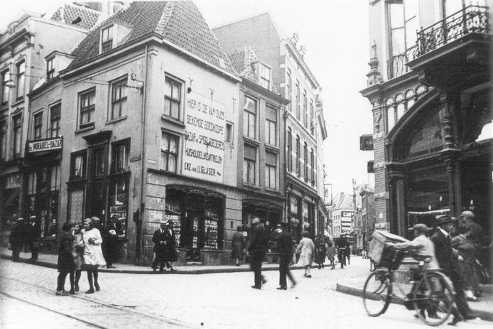 Op de hoek van de Stikke Hezelstraat en de Houtstraat stond voor de oorlog het winkelpand van de Joodse familie Glaser. De familie is in 1943 weggevoerd en vermoord door de nazi's. Het pand en de winkel werden door de Duitsers onteigend, de gemeente Nijmegen wilde het vervolgens aankopen. Het pand werd verwoest tijdens het bombardement in 1944.