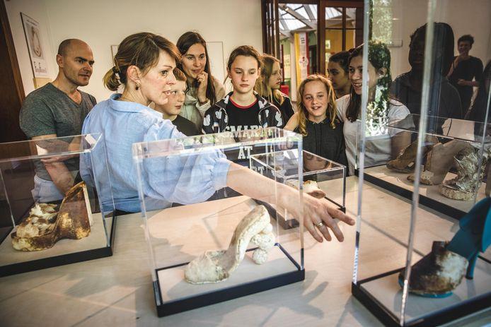 Kristel Peters toont haar paddenstoelenschoenen aan de leerlingen.