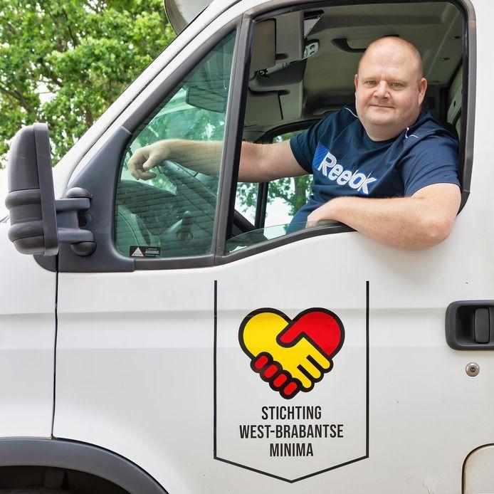 Chris Tak is voorzitter van de stichting West-Brabantse Minima uit Roosendaal. De bus van de stichting staat in Zevenbergen.