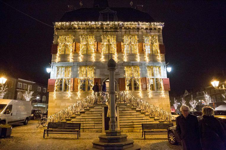 De ledlampen verlichten het hele stadhuis.