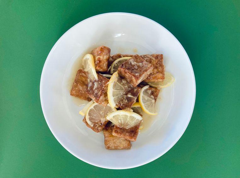 Gefrituurde tofu met citroensaus. Beeld Sake Slootweg