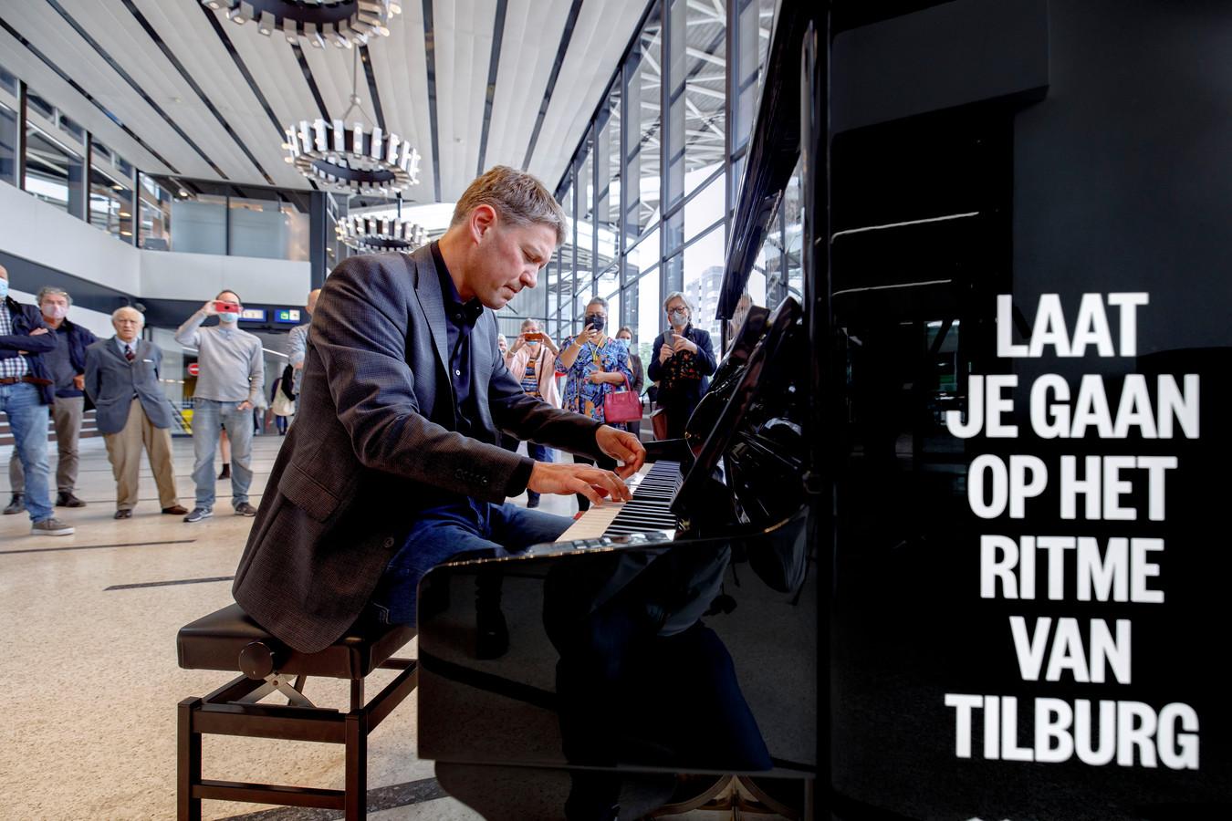 Eerst klinkt er een melodie vanuit het stationscarillon, vervolgens nemen Bach en pianist Jan-Willem Rozenboom het sprankelend over.