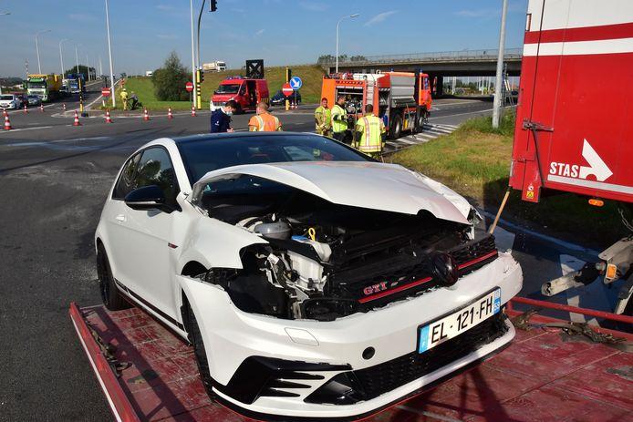 De Volkswagen Golf GTI raakte zwaarbeschadigd bij het ongeval op het kruispunt van de N32 met de oprit naar de A19 in Menen.