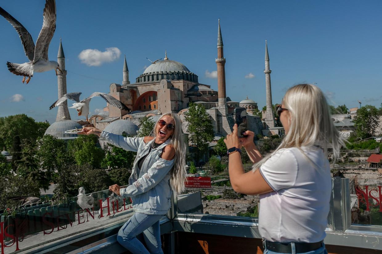 Toeristen uit Oekraïne voor de Hagia Sophia-moskee.  Beeld AFP
