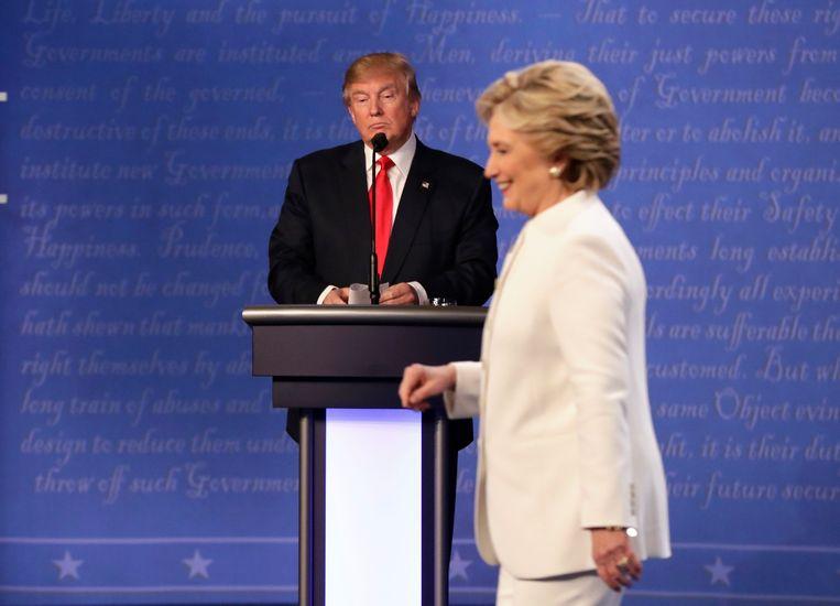 Republikeins presidentskandidaat Donald Trump en zijn Democratische tegenstander Hillary Clinton tijdens het laatste debat in Las Vegas.  Beeld AP