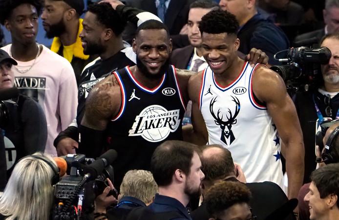 LeBron James (l) en Giannis Antetokounmpo tijdens de All Star-wedstrijd van vorig jaar.