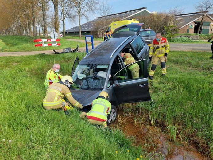Bij een ongeluk in Zieuwent is een auto in de sloot beland