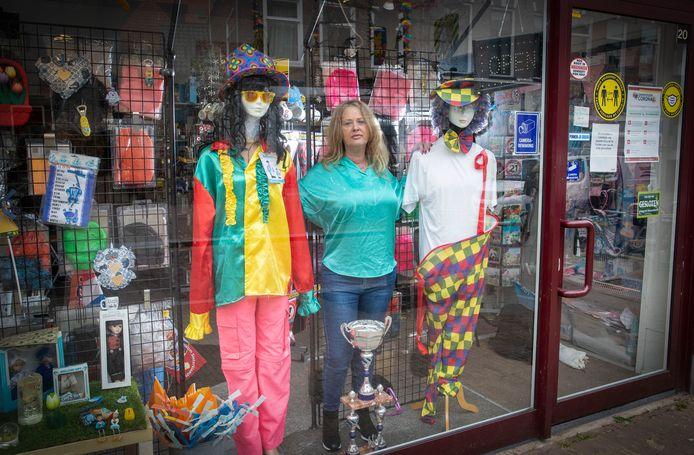 Jolanda Ruisch van Joja's Sportprijzenpaleis en Feestartikelen, voorheen Het Masker, sluit mede door de coronacrisis de deuren.