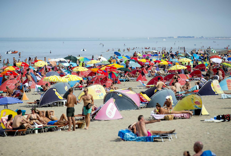 Badgasten op het strand.